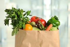 在纸袋的新鲜农产品 免版税库存照片