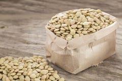 在纸袋的未加工的扁豆-透镜culinaris 免版税库存照片