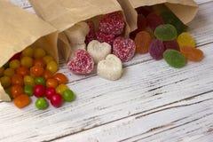 在纸袋的甜点 多彩多姿的糖果,以心脏的形式橘子果酱 库存图片