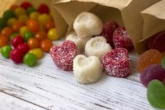 在纸袋的甜点 多彩多姿的糖果,以心脏的形式橘子果酱 库存照片