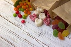 在纸袋的甜点 多彩多姿的糖果,以心脏的形式橘子果酱 图库摄影