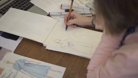 在纸铅笔上女性时装设计师做剪影衣裳 影视素材