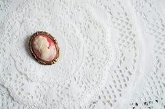 在纸鞋带的古色古香的有浮雕的贝壳别针 库存图片