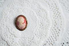 在纸鞋带的古色古香的有浮雕的贝壳别针 库存照片