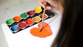 在纸,艺术,孩子的绘的水彩画心脏 股票视频
