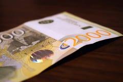 在纸,钞票的塞尔维亚金钱2000丁那价值 库存图片