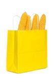 在纸购物袋的玉米 库存图片