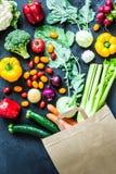 在纸eco购物袋的五颜六色的有机菜 免版税库存图片