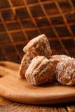 在纹理委员会的可口新鲜的姜饼归档的在木背景 在木背景的俄国薄荷的姜饼 库存照片