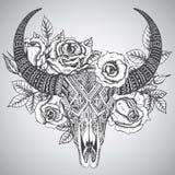 在纹身花刺部族样式的装饰印地安公牛头骨与花 库存照片