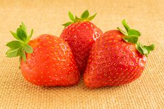 在纺织品背景的草莓 库存图片