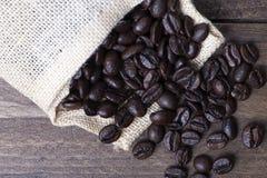 在纺织品囊的咖啡豆 免版税图库摄影