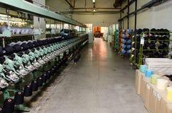 在纺织品工厂讲故事在纺丝机的短管轴 免版税图库摄影