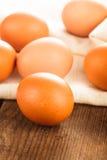 在纺织品的鸡蛋 免版税库存照片
