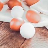 在纺织品的鸡蛋 免版税图库摄影