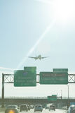 在纽瓦克机场的平面着陆 免版税库存照片