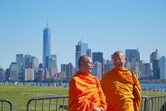 在纽约地平线前面的两个和尚 免版税库存照片