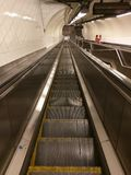 在纽约地铁的长的自动扶梯 免版税库存照片