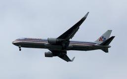 在纽约天空的美国航空波音767在登陆在JFK机场前 免版税库存图片