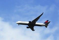 在纽约天空的达美航空波音767在登陆在JFK机场前 免版税库存照片