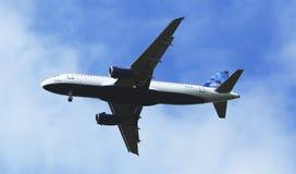 在纽约天空的JetBlue空中客车A320在登陆在JFK机场前 库存照片