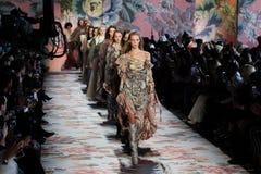 在纽约时尚星期期间,模型步行齐默尔曼的跑道结局 免版税库存照片