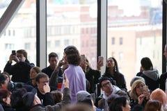 在纽约时尚星期期间,模型步行在拉科斯特展示的跑道结局 库存照片
