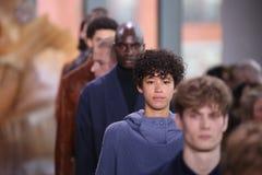 在纽约时尚星期期间,模型步行在拉科斯特展示的跑道结局 免版税库存照片