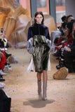 在纽约时尚星期期间,模型走跑道在拉科斯特展示 图库摄影