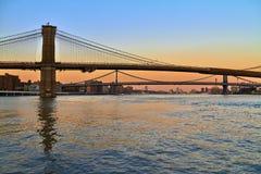 在纽约桥梁的日落颜色  图库摄影