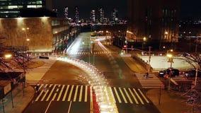 在纽约的交叉点的夜交通 股票视频