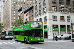 在纽约街道上的旅游绿色公共汽车  库存照片