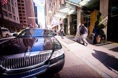 在纽约街道上的汽车  免版税库存图片