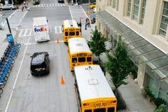 在纽约街道上的黄色校车  免版税库存照片