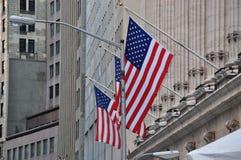 在纽约证券交易所的大厦的美国旗子 库存照片