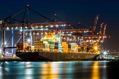 在纽约集装箱码头装载的船 免版税库存图片