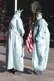 仅在纽约 作为自由女神像打扮的未认出的街道执行者在曼哈顿中城时常摆正 免版税图库摄影