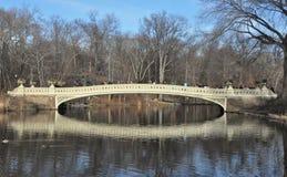 在纽约` s中央公园的弓桥梁 免版税库存图片