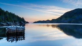 在纽芬兰海湾的日出与在距离的冰山 库存照片