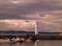 在纽黑文灯塔的日落在爱丁堡,苏格兰,英国 库存照片