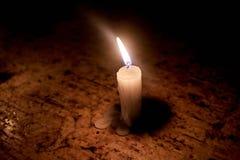 在线上面的蜡烛石桌 图库摄影