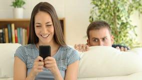 在线和男朋友暗中侦察的妇女约会 影视素材