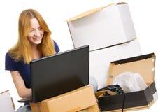 在线存储冲浪的妇女年轻人 免版税库存照片