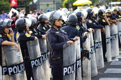 在线形成的小组秘鲁警察妇女在行军 免版税库存图片