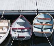 在线栓的三条划艇对一个船坞在缅因 免版税库存图片