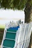 在线的空的sunbeds在湖 图库摄影