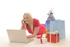 在线购物妇女年轻人 图库摄影