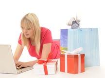 在线购物妇女年轻人 库存图片