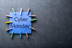 在线购物概念 与文本网络在它写的星期一的一个蓝纸标签反对深灰背景 日 免版税库存图片