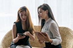 在线购物的妇女 免版税库存照片